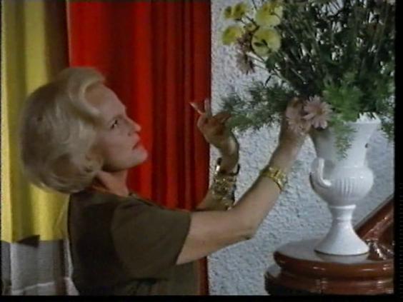 Wer weint denn schon im Freudenhaus. Die Blumen richten.
