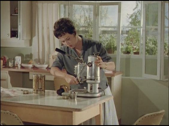 Eine der Kaffeemaschinen in deutschen 50er Jahre Filmen