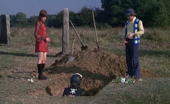Das Rocker-Begräbnisritual schreibt vor, den Rocker aufrecht auf seinem Motorrad zu begraben und sein Kopf muß oberirdisch sein.