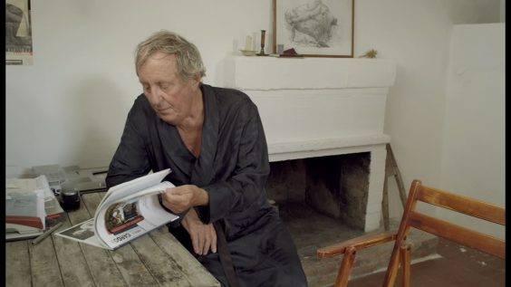 Ins Blaue (Rudolf Thome, Deutschland 2012). -  Vadim Glowna blättert in einer Cargo-Ausgabe.