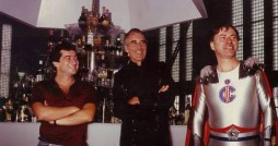 Philippe Mora, Christopher Lee und Alan Arkin am Set von THE RETURN OF CAPTAIN INVINCIBLE (1983).